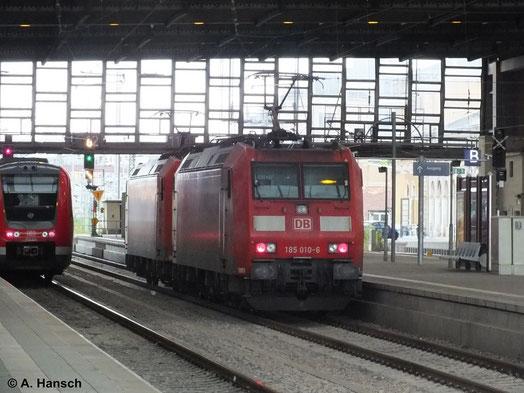 185 010-6 fährt am Haken von 185 047-8 am 13. Juli 2014 durch Chemnitz Hbf.