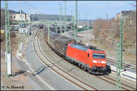 GA 52813 verlässt am 28. März 2015 Chemnitz Hbf. Der Zug geht normalerweise nicht über Chemnitz. Aufgrund von Bauarbeiten auf der Strecke Zwickau - Leipzig wird er an diesem Tag umgeleitet. 185 174-0 zieht die Fuhre