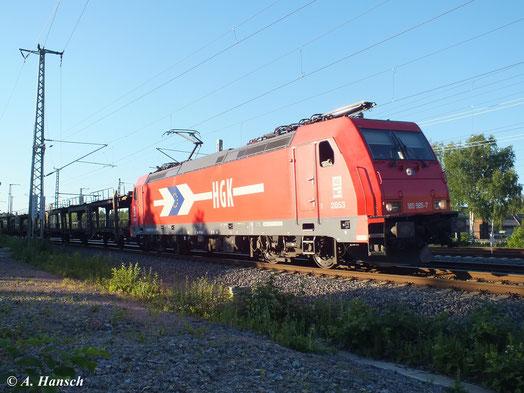 Im letzten Sonnenlicht zeigt sich 185 585-7 (Lok 2053 der Häfen und Gütetverkehr Köln AG) auf Höhe des AW Chemnitz mit einem Autoleerzug. In wenigen Augenblicken erreicht die Fuhre Chemnitz Hbf.