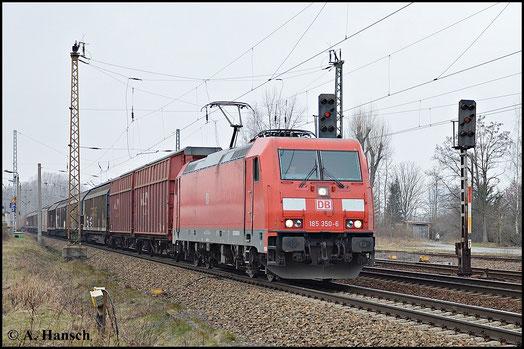 Mit einem Autoteilezug passiert 185 350-6 am 18. Februar 2015 den Bf. Leipzig-Thekla