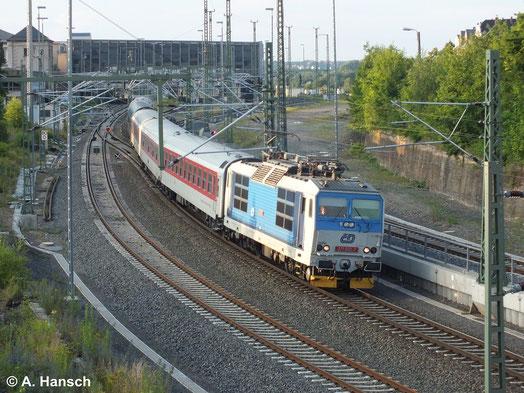 Am 30. Juni 2014 bietet sich mir ein seltenes Bild, als 371 002-7 mit einem Nachtzugumleiter durch Chemnitz Hbf. fährt