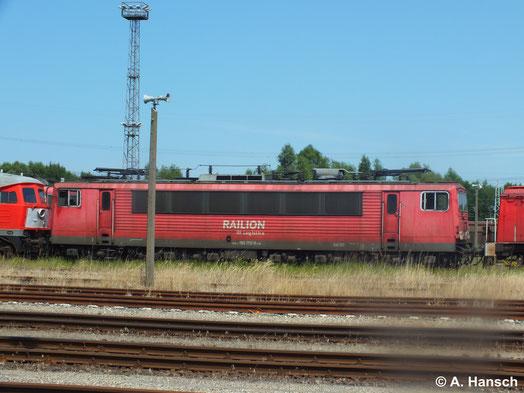 22. Juli 2014: Etwas mehr als ein Jahr später ist die Lok in Rostock Seehafen z-gestellt. Ob sie je wieder fahren wird ist fraglich