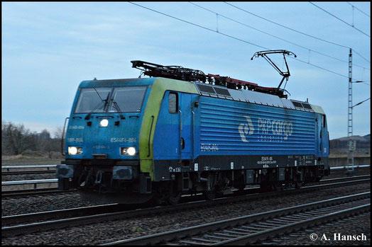 """Bei denkbar schlechten Lichtverhältnissen und hohem Tempo """"gelang"""" dieses Bild von 189 804-8 von PKP Cargo, als die Maschine am 15. Januar 2015 durch Französisch Buchholz in Berlin rauscht"""