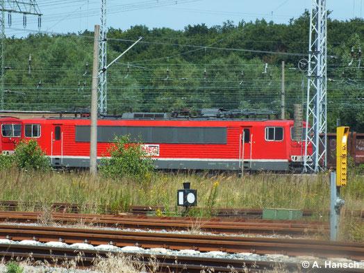 Die MEG besitzt diverse 155er. 155 046-6 (MEG 708) steht am 22. Juli 2014 vor 155 179-5 (MEG 702) in Rostock Seehafen