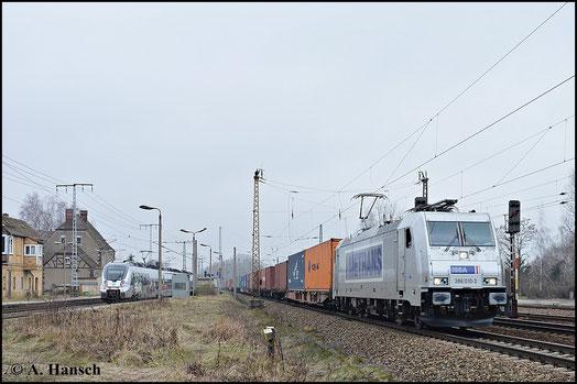 Die BR 386 kann man optisch schnell mit einer BR 185 verwechseln. Tatsächlich verbirgt sich hinter der BR jedoch die neueste Mehrsystemlok (Baujahr 2014). 386 010-3 zieht am 18. Februar 2015 einen Containerzug durch Leipzig-Thekla