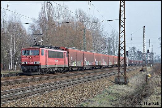Einen stattlichen Güterzug zieht 155 035-9 am 18. Februar 2014 durch Leipzig-Thekla