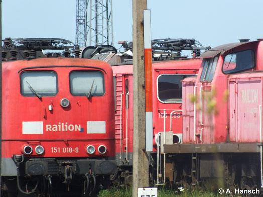 Durch eine Lücke zwischen anderen Lokomotiven konnte am 22. Juli 2014 auch ein Bild der z-gestellten 155 268-6 in Rostock Seehafen gemacht werden