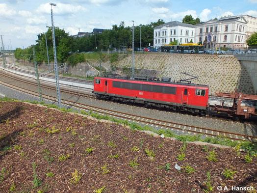 Die Brücke am Dresdner Platz kurz vor Chemnitz Hbf. ist kein optimaler Fotopunkt wenn ein Zug aus Richtung Zwickau kommt. Wie hier bei 155 192-8 wird das Bild dann meist eher ein Notschuss (27. Juni 2014)