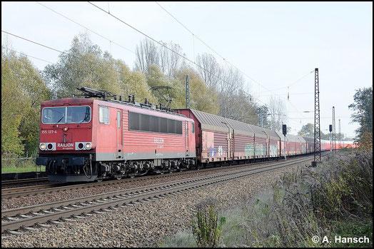 Am 29. Oktober 2014 begegnet mir 155 127-4 in Leipzig-Thekla wieder. Ihr Äußeres hat sich durch die rechteckigen Puffer leicht verändert