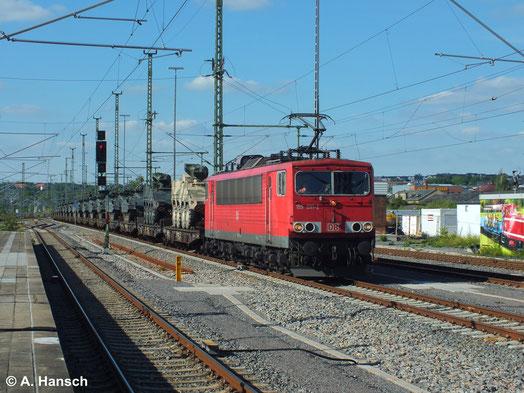 Militärzüge stellen immer ein beeindruckendes Bild dar. Einen solchen Zug hat 155 091-2 am 23. Juni 2014 am Haken. Hier bremst der Zug langsam in Chemnitz Hbf. an