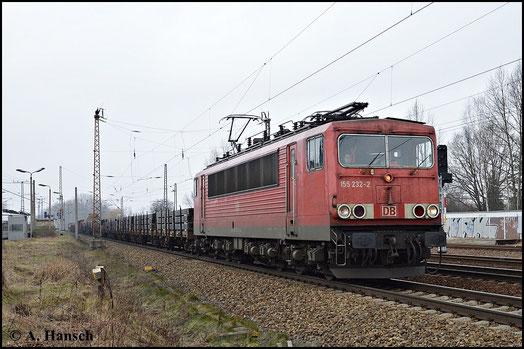 155 232-2 durchfährt am grauen 18. Februar 2015 den kleinen Bahnhof Leipzig-Thekla. Wegen der hohen Zugdichte ist es ein beliebter Fotopunkt
