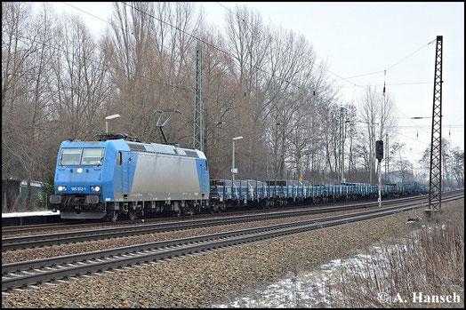 Mit farblich passendem Flachwagenzug durchfährt 185 512-1 am 7. Februar 2015 Leipzig-Thekla