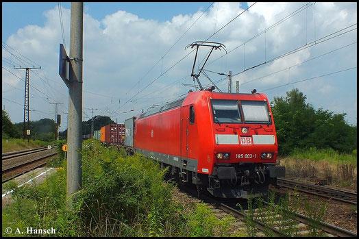 Mit Containerzug rollt 185 003-1 am 16. Juli 2014 durch Leipzig-Thekla. Das schöne Wetter schmeichelt der sauberen Lok