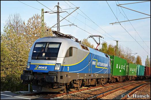 182 912-6 der Mittelweserbahn GmbH zieht im letzten Sonnenlicht des 2. Mai 2015 einen umgeleiteten Containerzug aus Wiesau durch den ehemaligen Abzweig Furth in Chemnitz gen Riesa. Ziel der Fuhre ist Hamburg
