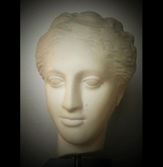 HYGEA (godin van de gezondheid)    2007    Carrara marmer   31 h x 20 b x 25 d                              Prijs: € 2500,-  Gemaakt in het atelier van Petros Dellatolos Tinos Griekenland
