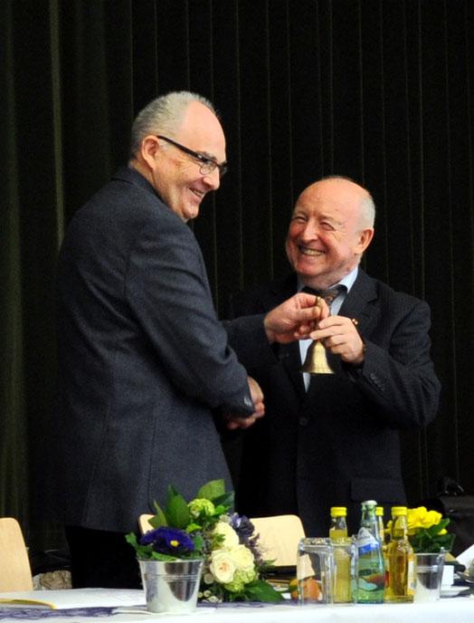 Gerhard Wolf übergibt die Glocke des Sitzungsleiters an Rolf Hartmann. Foto: Gert Holle