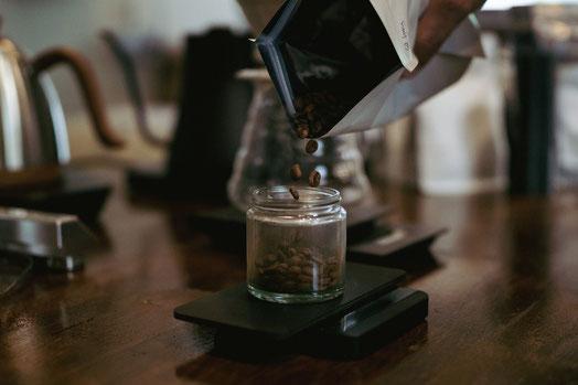 Abwiegen von Kaffee mit einer Acaia Lunar Waage und Kaffee vom Wiener Rösthaus