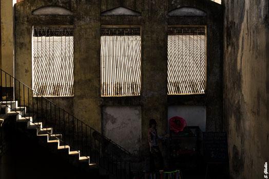 Innenhof in Buenos Aires: Treppe wird von Sonne angestrahlt