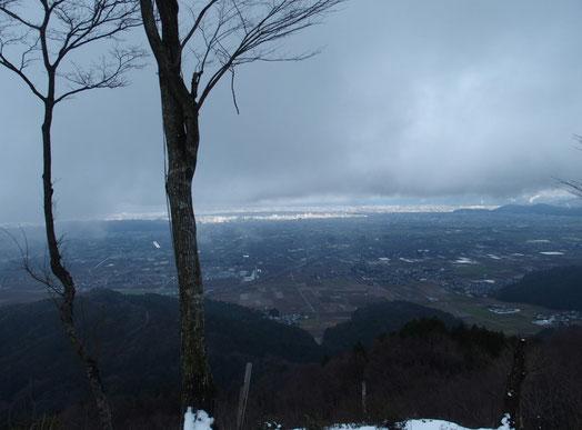 山頂から福井市街を望む。ご覧のとおり平地ではまだ雪はありません。