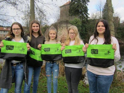Fünf der insgesamt sechs Schülerinnen des EMiL-Projektes der 8. Klasse