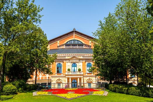 毎夏ワーグナーの楽劇が上演されるバイロイト祝祭劇場。第二次大戦後再開された第1回は、1951年7月29日フルトヴェングラー指揮のベートーヴェン「第九」で幕を開けた。