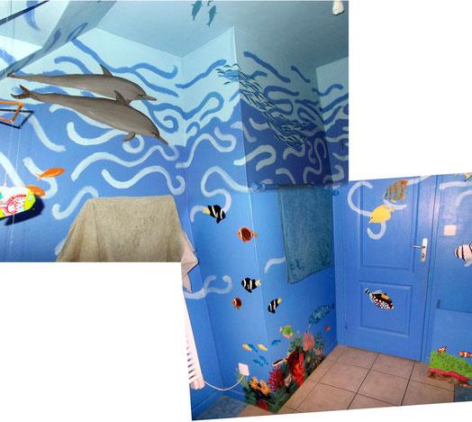 Fresque murale dans salle de bain représentant un aquarium ou le monde sous-marin. Océan, poissons, coraux, étoiles de mer, raie, dauphins, tortue marine.