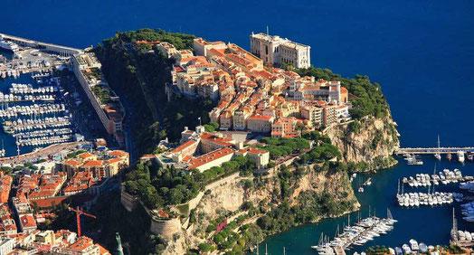 Blick auf den Felsen der französischen Riviera, Sitz der Fürstenfamilie Grimaldi in Monaco und zwei Yachthäfen