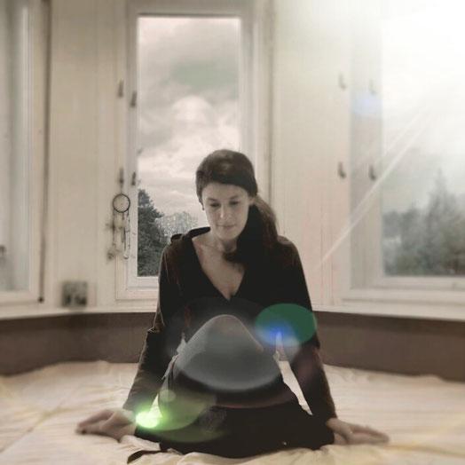 Unsichtbares Yoga: Verborgene Kräfte wecken mit Energie-Lenkungen für Yin und Restorative Übungen.