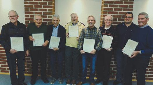 Sieben der Gründungsmitglieder der Musikfreunde mit dem Vorsitzenden Johannes Saß.