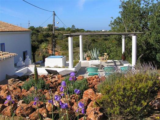 Ostseite mit Steingarten; der Platz auf der Zisterne ist mit einem Sonnenschutz versehen