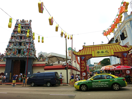 Sri Mariamman Temple direkt neben dem Tor zu Chinatown