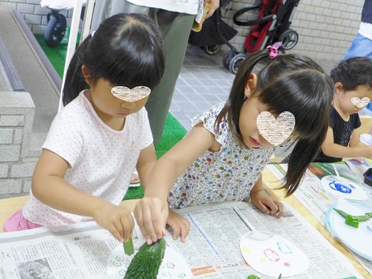 夏祭りの野菜ハンコによるうちわ製作