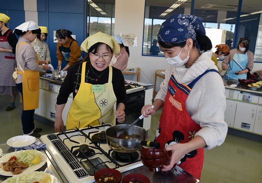 学生に指導する石井トシ子食生活改善協議会会長