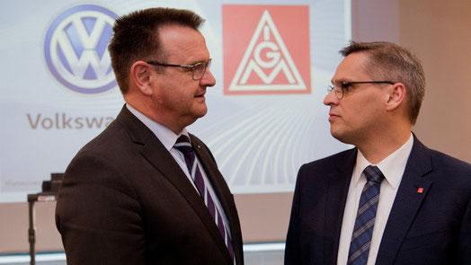Martin Rosik (links), Verhandlungsführer und Personalchef der Marke VW und Thorsten Gröger, Verhandlungsführer der IG Metall. Foto: Julian Stratenschulte/dpa