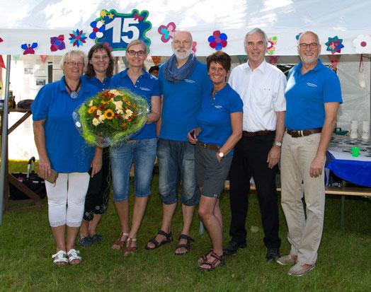 Bürgermeister Hans-Heinrich Barnick (2.v.re) gratulierte dem Mitarbeiterteam der Betreuten Grundschule
