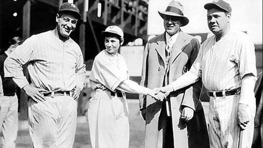 """La foto ricordo dell'evento del 4 aprile 1931 in cui Virne Beatrice """"Jackie"""" Mitchell mise al piatto sia Base Ruth che Lou Gehrig"""