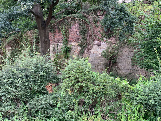 Die Stadtmauer mit Kanonenkugel aus Granit