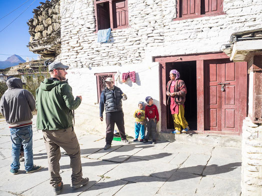 Bimal, mit seiner Frau und seinen zwei Kindern vor seinem Haus in Marpha