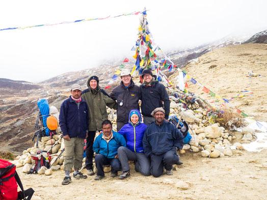 Unsere Trekking-Gruppe des heutigen Tages: v.l.h Ranger, Werner, Joachim, Micha - v.l.v. Purna, Myri, Bimal