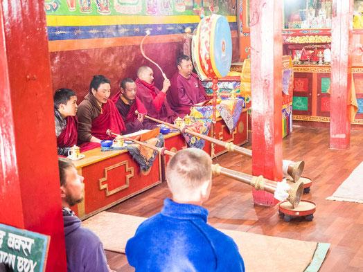 Die Mönche bei der Zeremonie. Wir durften aufmerksam zuhören