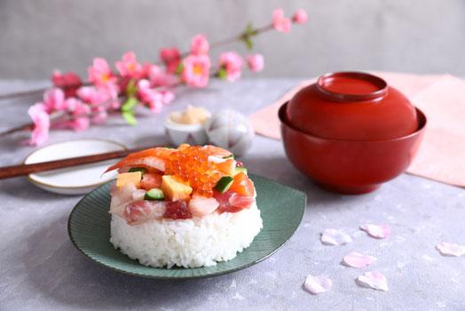 グラスに注がれるビール。器に盛られたおつまみのナッツ。