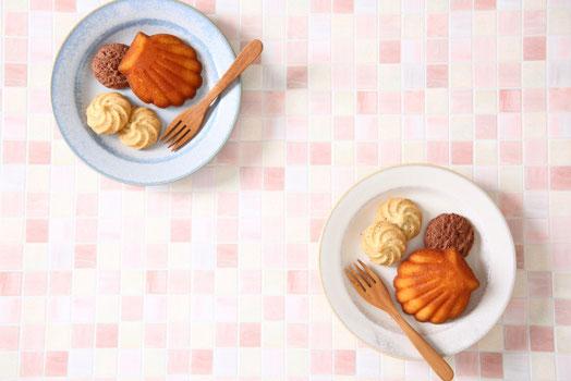 オフィスの食堂。白と黄色の椅子が並べられた長テーブル。