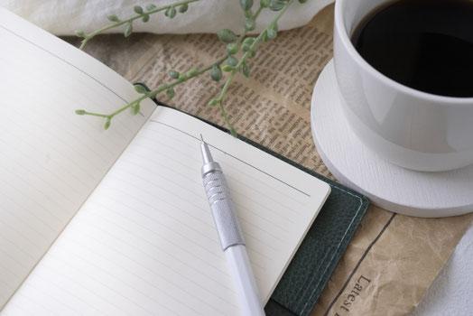 岩壁から青い海を眺める3羽のペンギン。