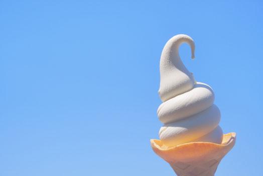 互いの健闘をたたえて握手する社員。デスクの上に広げられたノートパソコン。
