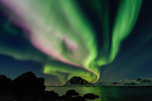 Grünrosa leuchtenden Nordlichter in der Begleitung auf dem spirituellen Weg