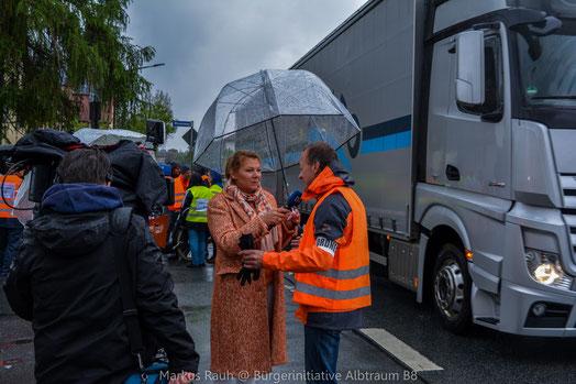 Live-Schalte ins Frankenschau aktuell Studio. Links: Live-Reporterin Uschi Schmidt, Rechts: BI-Sprecher: Norbert Dambaur