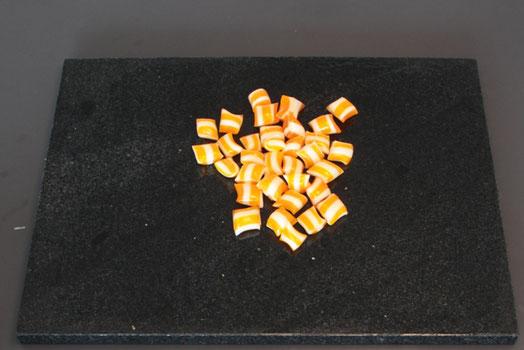Bonbons selber machen: Zuckerstrang in kleine Bonbons schneiden