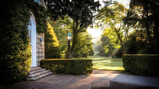 """Blick in den Gräflichen Park aus der Lobby des Hotels """"Gräflicher Park Grand Resort"""", Foto: Horst Hamann"""