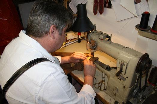 Zusammenfügen der Hirschlederhosenelemente mit der Ledernähmaschine