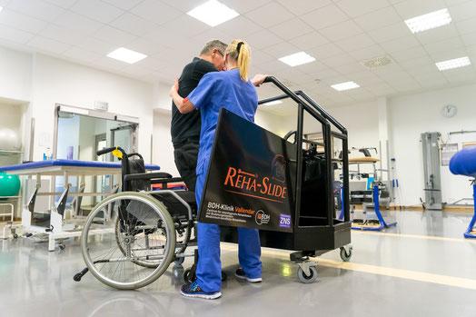 Reha-Slide_Therapeutisches_Trainingsgeraet_um_den_Transfer_vom_Rollstuhl_auf_einen_Autositz_zu_ueben